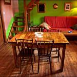 mesa de madera en el salón-comedor